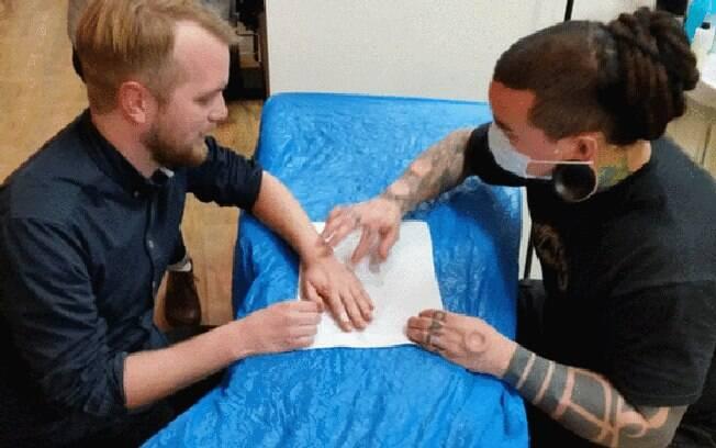 Implantação do chip é feita por tatuadores profissionais e é reversível, caso o usuário se arrependa