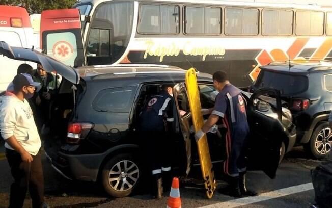 Engavetamento entre carros deixa dois feridos na John Boyd