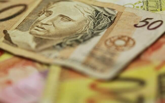 Guardar dinheiro em casa não rende e também prejudica a economia do País, alerta economista