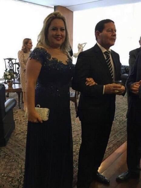 Paula e Hamilton Mourão de braços dados, vestidos de gala