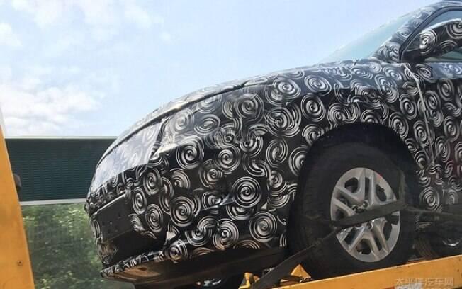 O novo Compass será posicionado entre Renegade e Cherokee, para brigar com Hyundai ix35 e Honda CR-V.