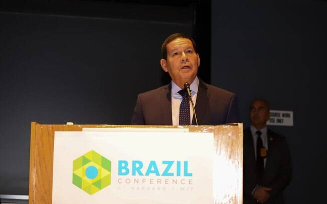Vice-presidente Hamilton Mourão não quer briga com Carlos Bolsonaro
