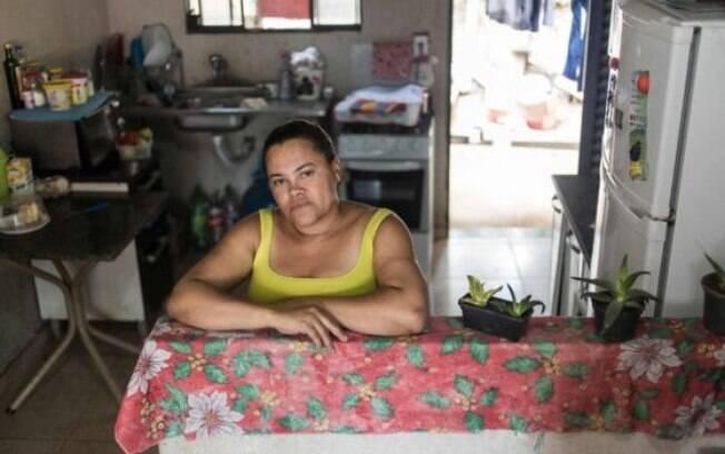 Adriana Silva fez o reboco e piso de casa e resolveu problema de ter que passar por dentro do quatro do filho adolescente antes de chegar ao seu