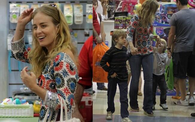 Angélica foi ao shopping com os pequenos Joaquim e Benício