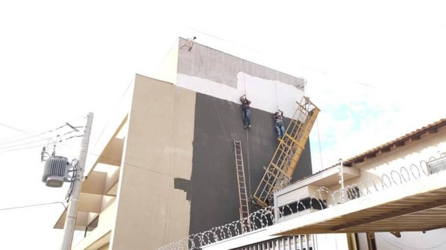 Pintores ficaram ancorados a 15 metros de altura