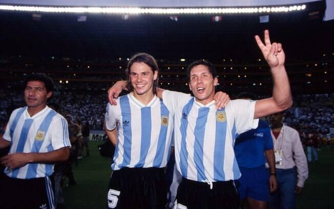 Diego Simeone e Fernando Redondo da Argentina comemoram o título da Copa América de 1993, na final contra México