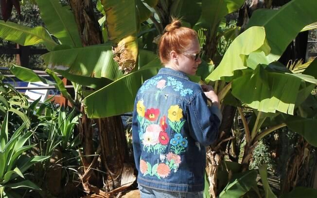Cacá veste uma jaqueta com aplicações, uma das tendências do momento