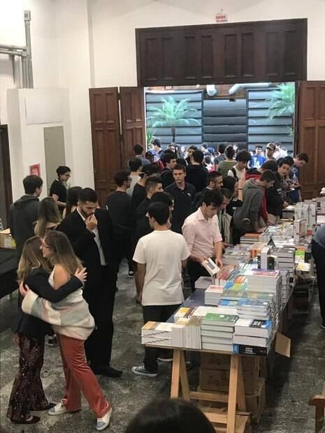 Estudantes participam de feira do livro no Mackenzie
