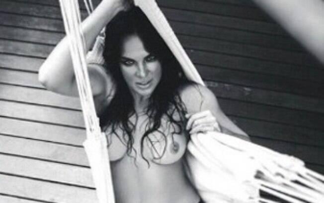 Atriz e modelo Letícia Birkheuer posa de topless no Instagram e recebe elogios dos internautas