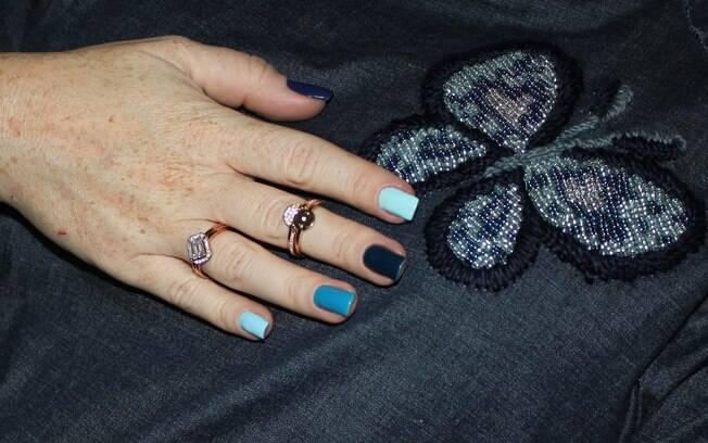 Você pode usar o esmalte com um look total jeans, como na foto, que fica super cool e faz as mãos ficarem super descoladas