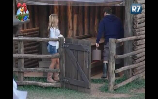 Marlon conversa com Raquel enquanto carrega os objetos para dar início ao serviço do dia