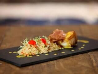Servido frequentemente como opção no cardápio do A Favorita, o cuscuz com legumes do chef Caetano Sobrinho acompanha o filé de badejo