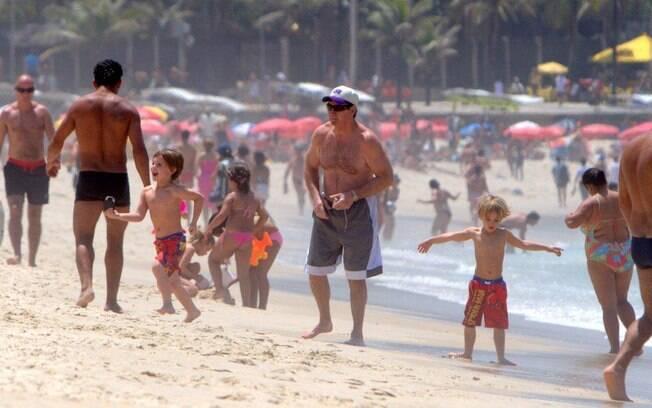 A espera da mãe, Britney Spears, que fará shows no Brasil, Sean Preston e Jayden James pularam e brincaram na praia