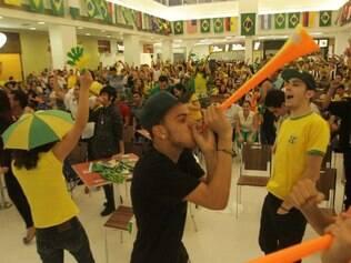 No Metropolitan, torcedores vibram com gol de Neymar na vitória do Brasil sobre a Croácia