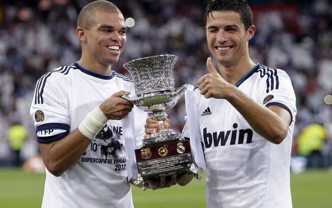 Pepe e Cristiano Ronaldo mostram a taça da  Supercopa da Espanha, primeiro título do Real na  atual temporada