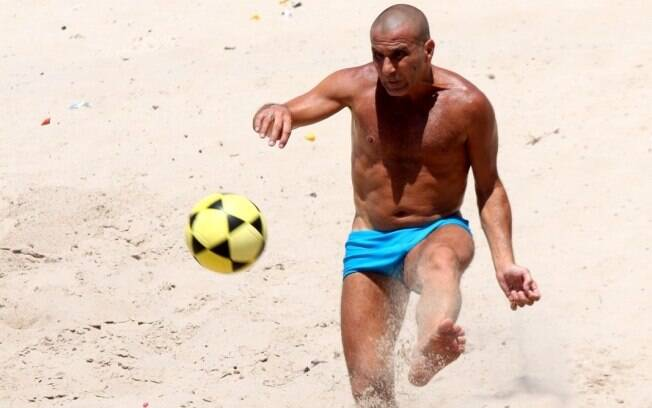 Eri Johnson jogou futevôlei na praia