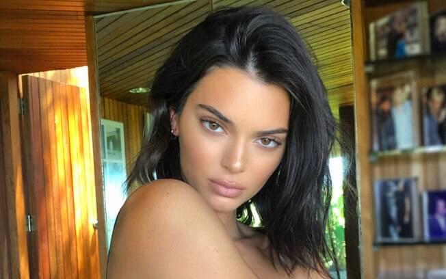 Usar um pincel de base para tirar o excesso de blush depois da aplicação é um dos truques de maquiagem para visual natural