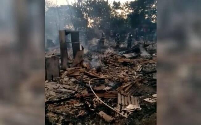Incêndio destruiu barracos, e famílias levaram apenas documentos de casas.