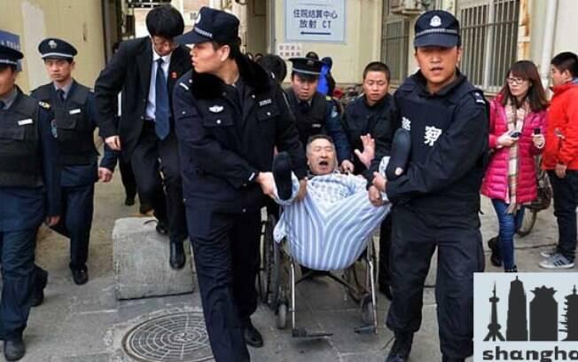 Chen teve de ser retirado a força de um quarto de hospital em Pequim