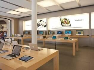 Uma das marcas mais valiosas atualmente, a Apple também atrai clientes com um conceito moderno de loja, em que vendedores trabalham com agilidade, fazendo, inclusive, o papel de caixa