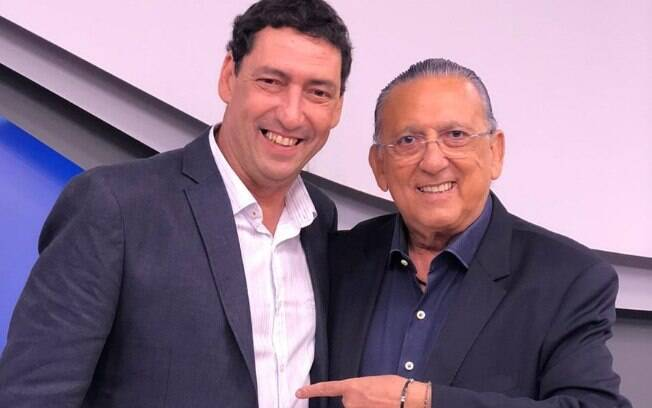 Paulo Vinícius Coelho%2C o PVC%2C posa para foto com Galvão Bueno
