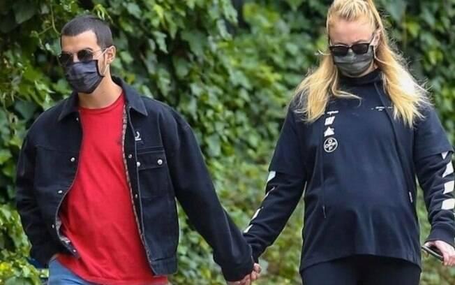 Sophie Turner e Joe Jonas estão sendo discretos sobre a gravidez da atriz