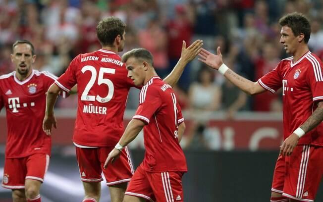 Mandzukic comemora com seus companheiros o  segundo gol do Bayern de Munique sobre o  Manchester City na final da Copa Audi