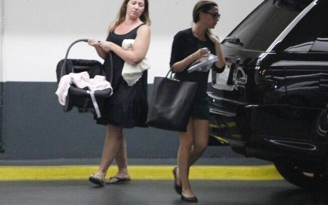 Victoria Beckham deixou seus Louboutins no armário e resolveu passear com uma sapatilha sem salto