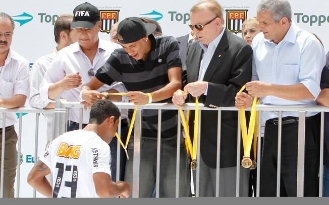 Neymar, ao lado de José Maria Marin,  presidente da CBF, distribuíram as medalhas aos  campeões do Santos