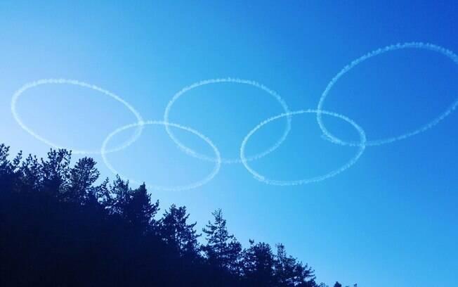 Anéis olímpicos no céu de PyeongChang, onde acontecerão as Olimpíadas de Inverno