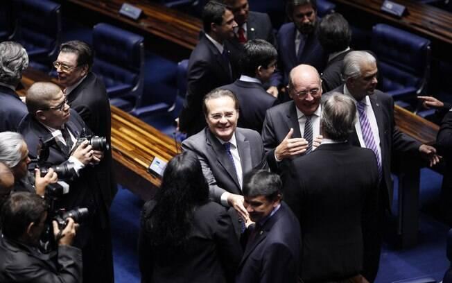 Calheiros é cumprimentado após ter vitória confirmada como presidente do Senado, em 01/02