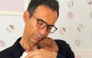 """César Tralli aparece com Manuella: """"Nasceu um filha e um pai"""""""