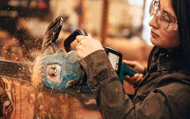 É possível ter aulas de carpintaria pelo Airbnb