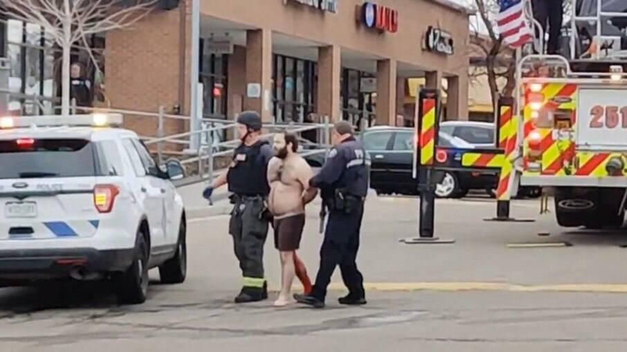 Suspeito foi preso pelos policiais após ser atingido na perna