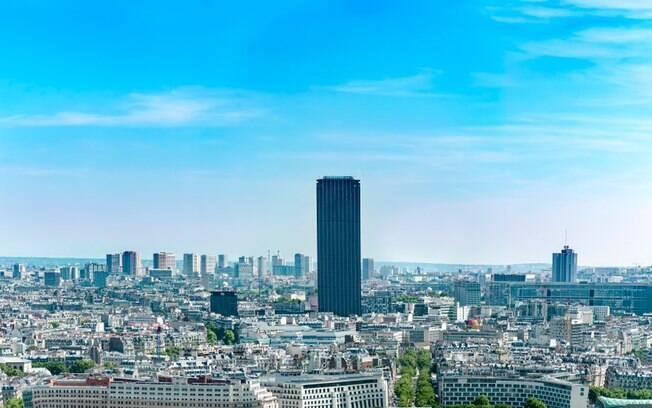A Torre de Montparnasse é um dos prédios mais altos de Paris e oferece uma bela vista da Torre Eiffel e de toda a cidade