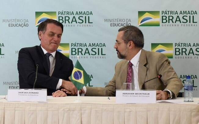 Presidente Jair Bolsonaro e o ministro da Educação, Abraham Weintraub; MEC cortou verbas de universidades