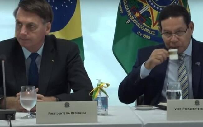 Em reunião ministerial, Bolsonaro ao lado do vice-presidente e general da reserva, Hamilton Mourão