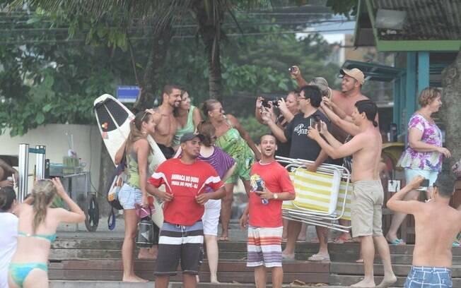 Cauã Reymond é cercado por fãs na praia