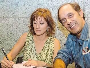 """A escritora Bruna Piantino, junto ao fotógrafo Leonardo Lara, durante noite de autógrafos de seu livro """"Biscuit"""", em Belo Horizonte."""
