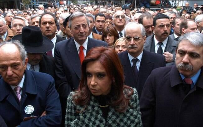 Cristina Kirchner ao lado de aliados durante campanha na Argentina