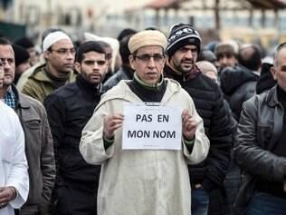 Um muçulmano segura uma placa onde se lê