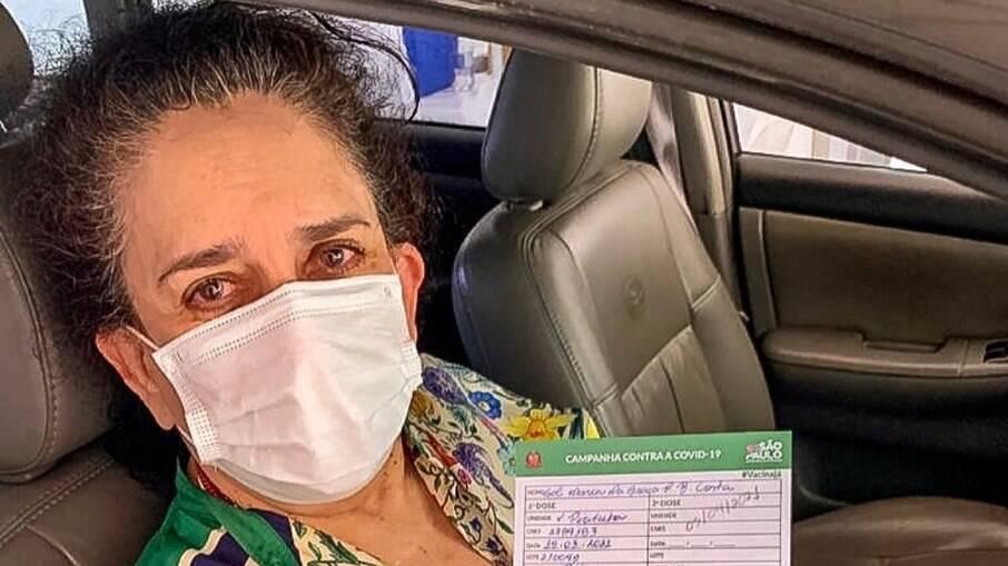 Gal Costa toma a primeira dose da vacina e comemora