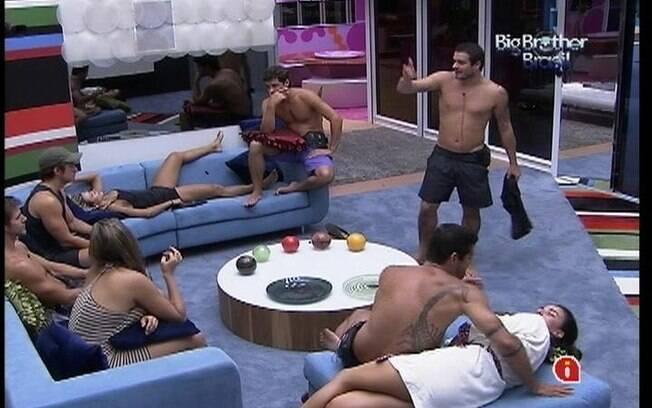 Rafa comenta com os brothers que não quer deixar o programa assim que o Carnaval terminar