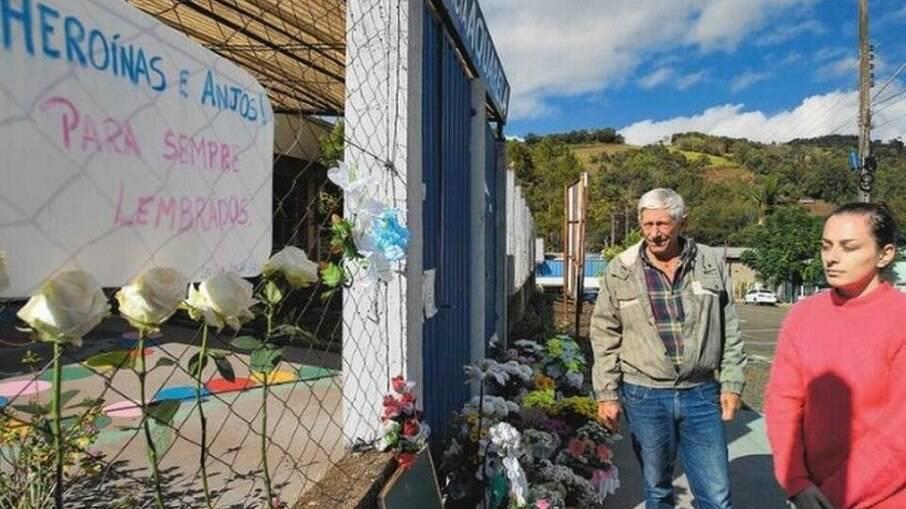 Homem que socorreu crianças em ataque a creche em SC em visita ao local do crime