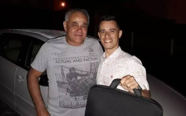 Anderson Albuquerque registrou o momento em que recebeu o notebook das mãos de Cássio Alves dos Santos.