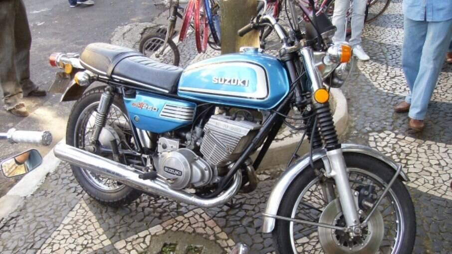 A Suzuki GT 250 tinha motor bicilíndrico dois tempos com sistema Ram Air de refrigeração a ar