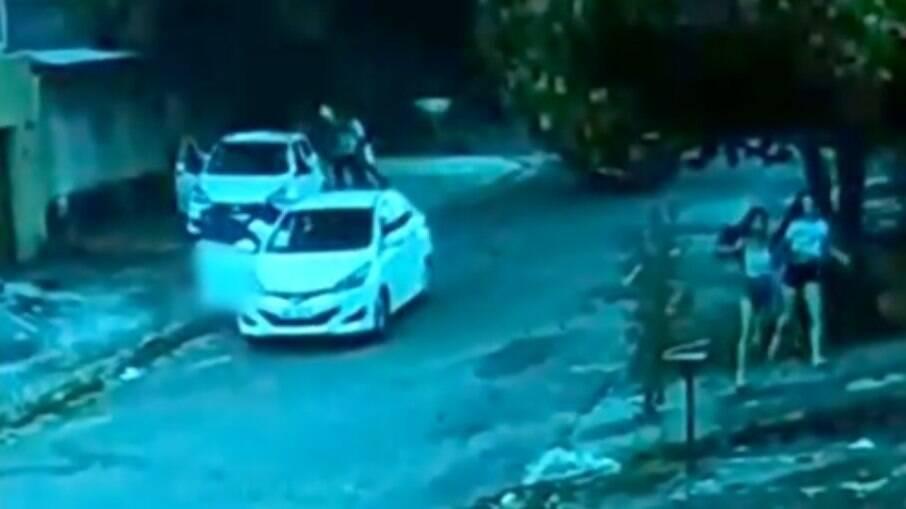 Momento do atropelamento flagrado por câmera de segurança no último domingo (11); Polícia Civil investiga
