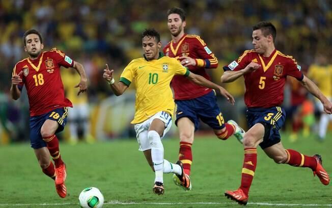 Neymar arranca com a bola dominada no meio da  defesa espanhola