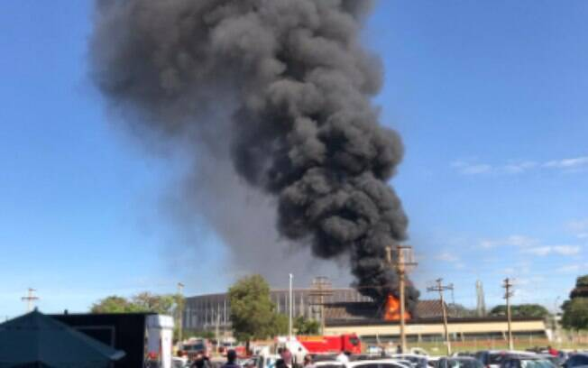 O incêndio começou por volta das 9h da manhã e já foi controlado