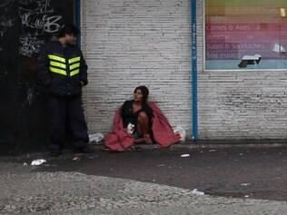 Segurança de loja aborda mulher que vive nas ruas do Centro de SP